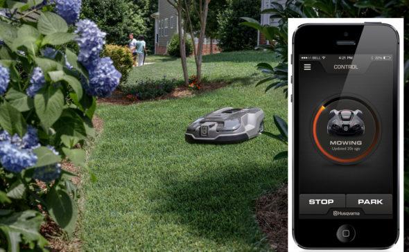 Automower® 315X i aksjon. Her ser du også appen, som finnes til både iPhone og Android. Foto: Husqvarna.